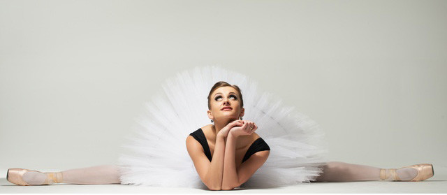 開脚をして何かを願っているバレリーナの画像
